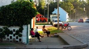 Cadeiras na calçada. Foto: Lisandro Moura