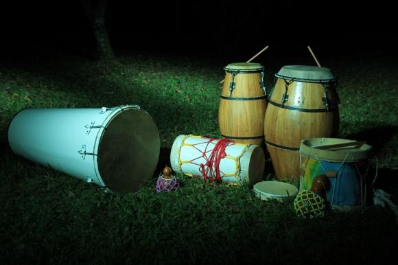 Tambor de Sopapo, Ilú, Tambores de Candombe (Chico e Repique), Tambor de Maçambique, pandeiro e agês. (Foto do grupo Alabê Ôni)  Fonte: http://alabeoni.blogspot.com.br/